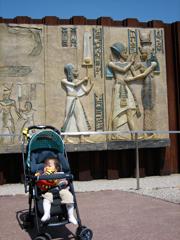 エジプト館を背景に